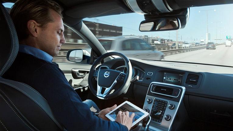 LA CONDUITE AUTONOME VOLVO -  Personne sur ipad en voiture