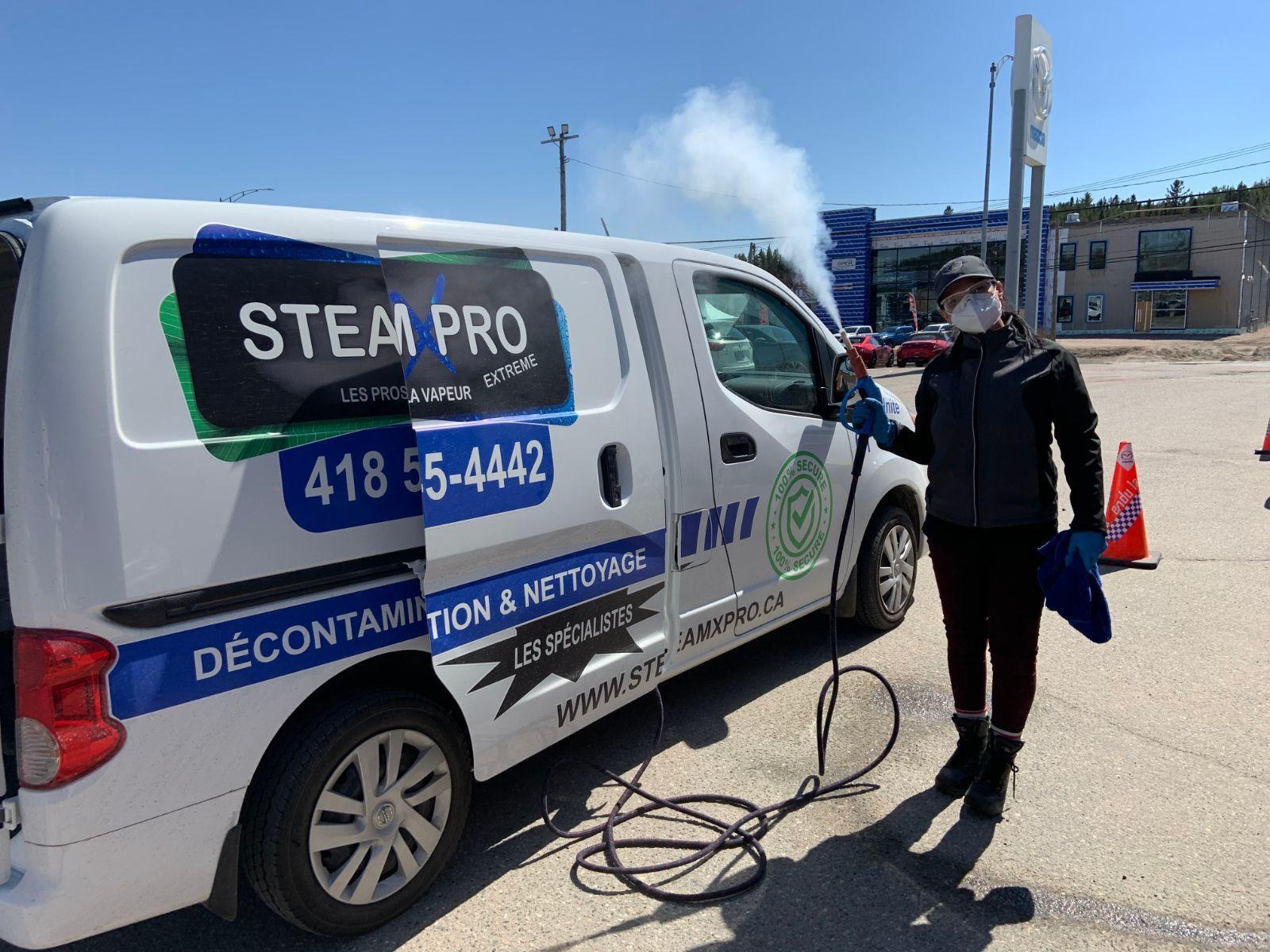 Femme à côté d'une van SteamXPro