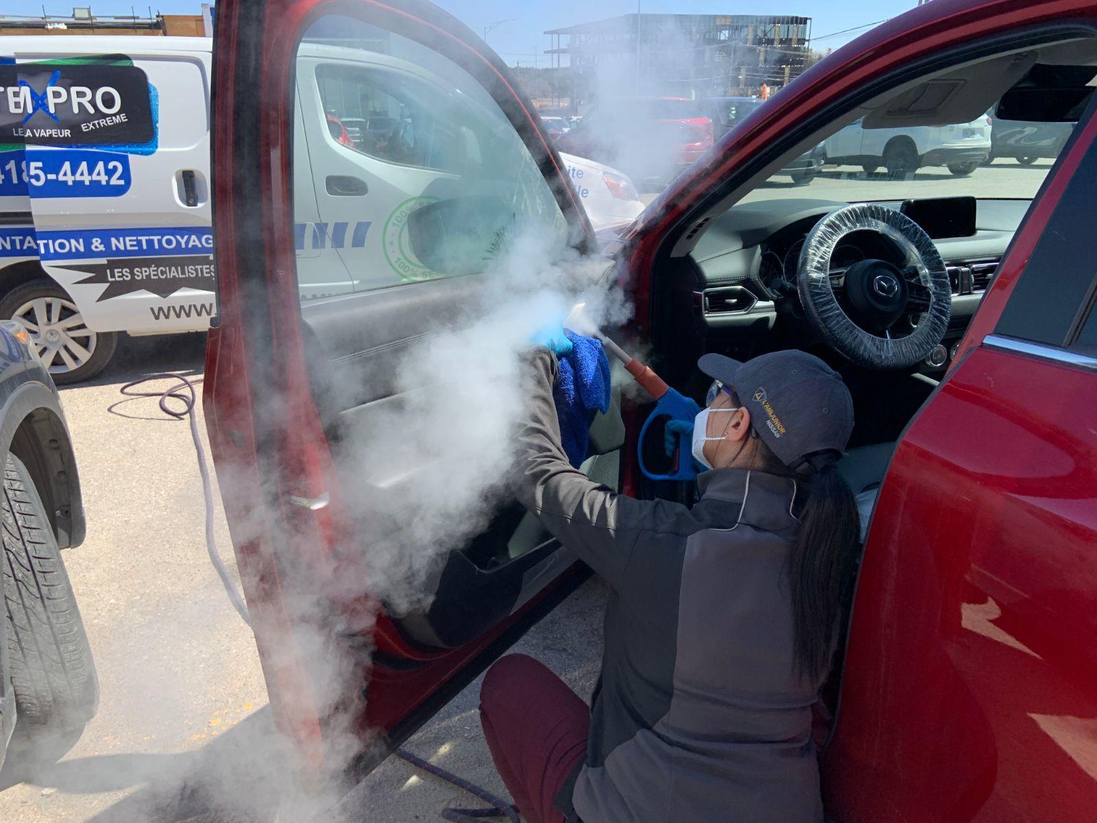 Femme qui lave un véhicule à la vapeur SteamXPro