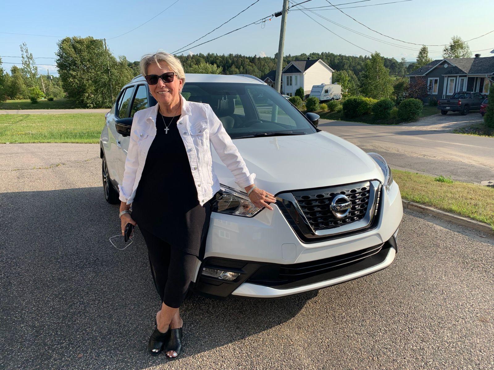 Mme Nicole Legault de Saint-Lin-Laurentides a fait l'achat de son tout nouveau Nissan Kicks 2019!