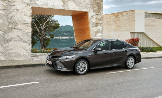 The 2019 Toyota Camry Is a Sleek Mid-Size With Updated Technology
