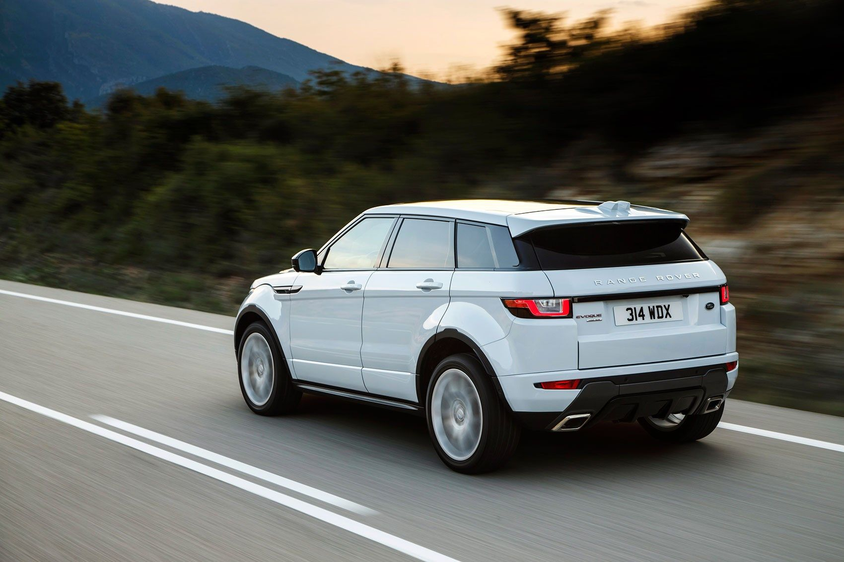 Benefits of Ordering Parts for Your Land Rover From an Official Land Rover Dealership