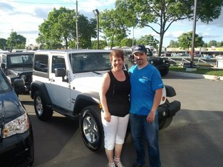 Des Sources Fiat Congratulates These Very Satisfied Customers on Their New Purchase!