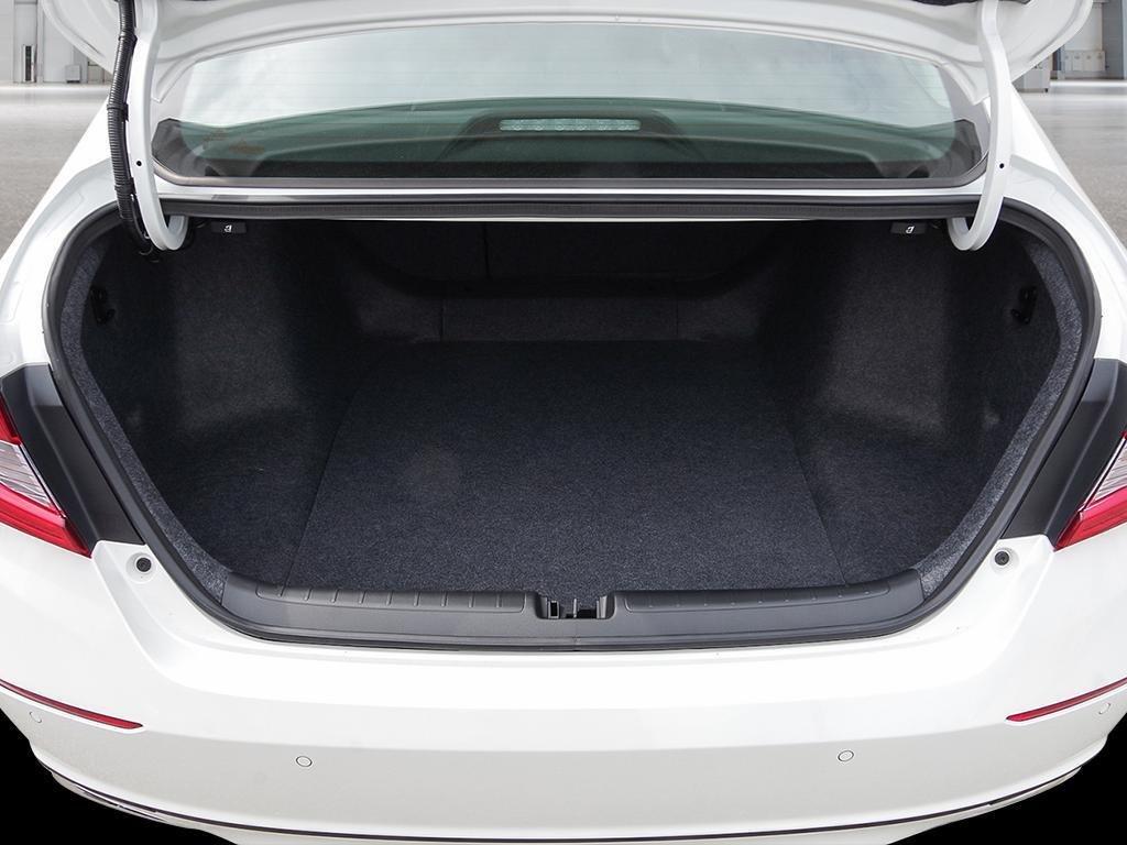 2019 Honda Accord Hybrid Sedan Touring in Mississauga, Ontario - 7 - w1024h768px