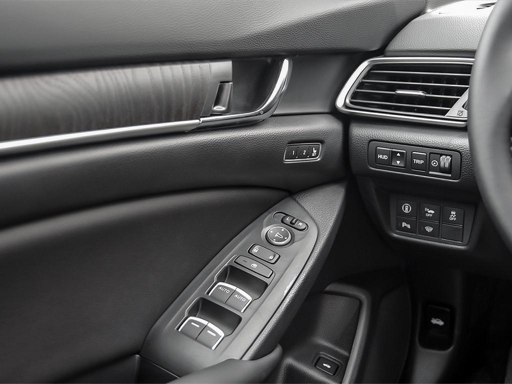 2019 Honda Accord Hybrid Sedan Touring in Mississauga, Ontario - 16 - w1024h768px