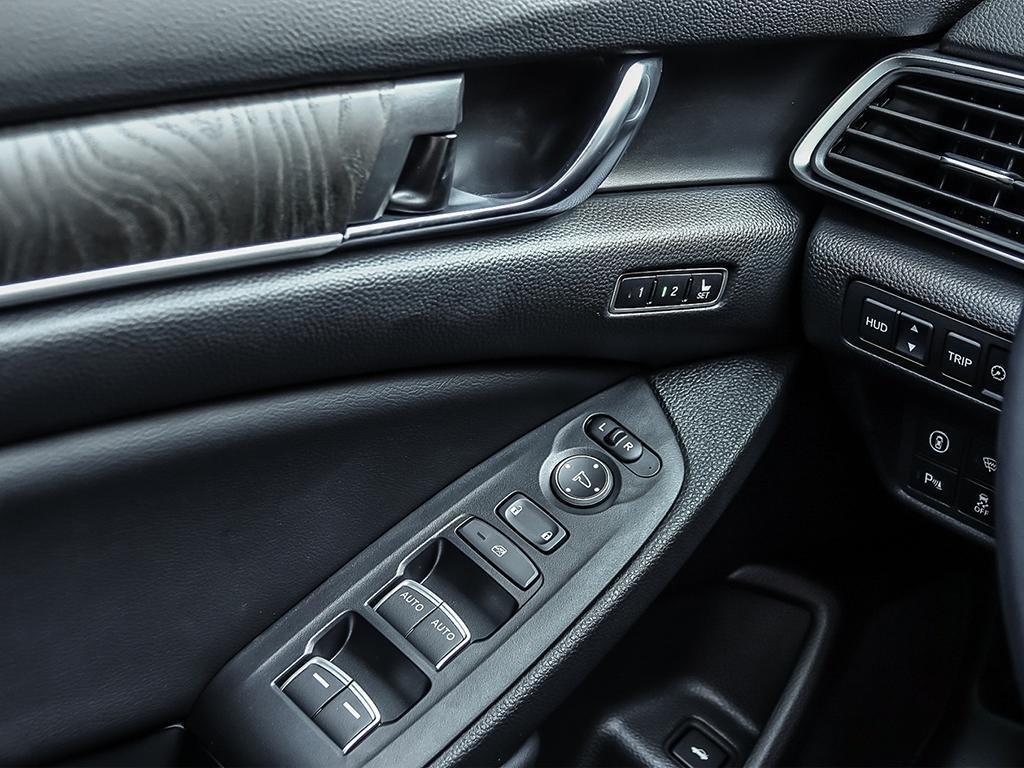 2019 Honda Accord Sedan Touring CVT in Mississauga, Ontario - 16 - w1024h768px