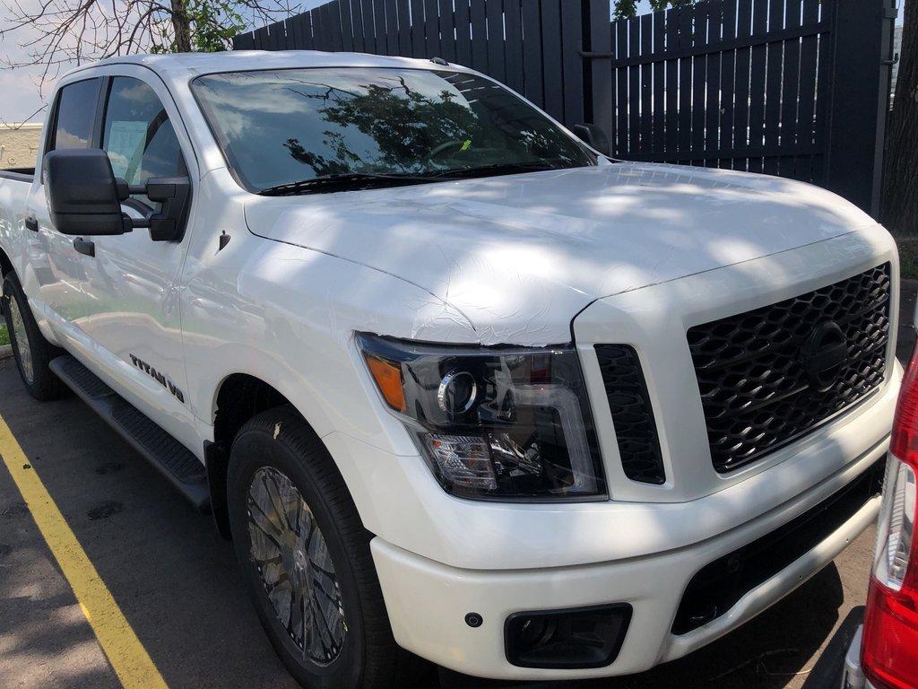 2019 Nissan Titan Crew Cab SV Midnight Edition in Mississauga, Ontario - 2 - w1024h768px