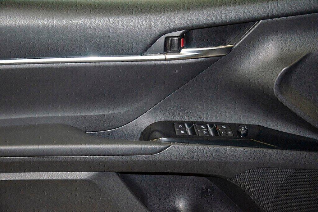 Toyota Camry 4-Door Sedan SE 8A 2018 à Verdun, Québec - 28 - w1024h768px