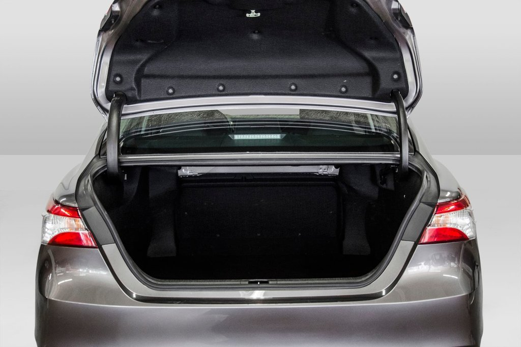2018 Toyota Camry 4-Door Sedan LE 8A in Verdun, Quebec - 68 - w1024h768px