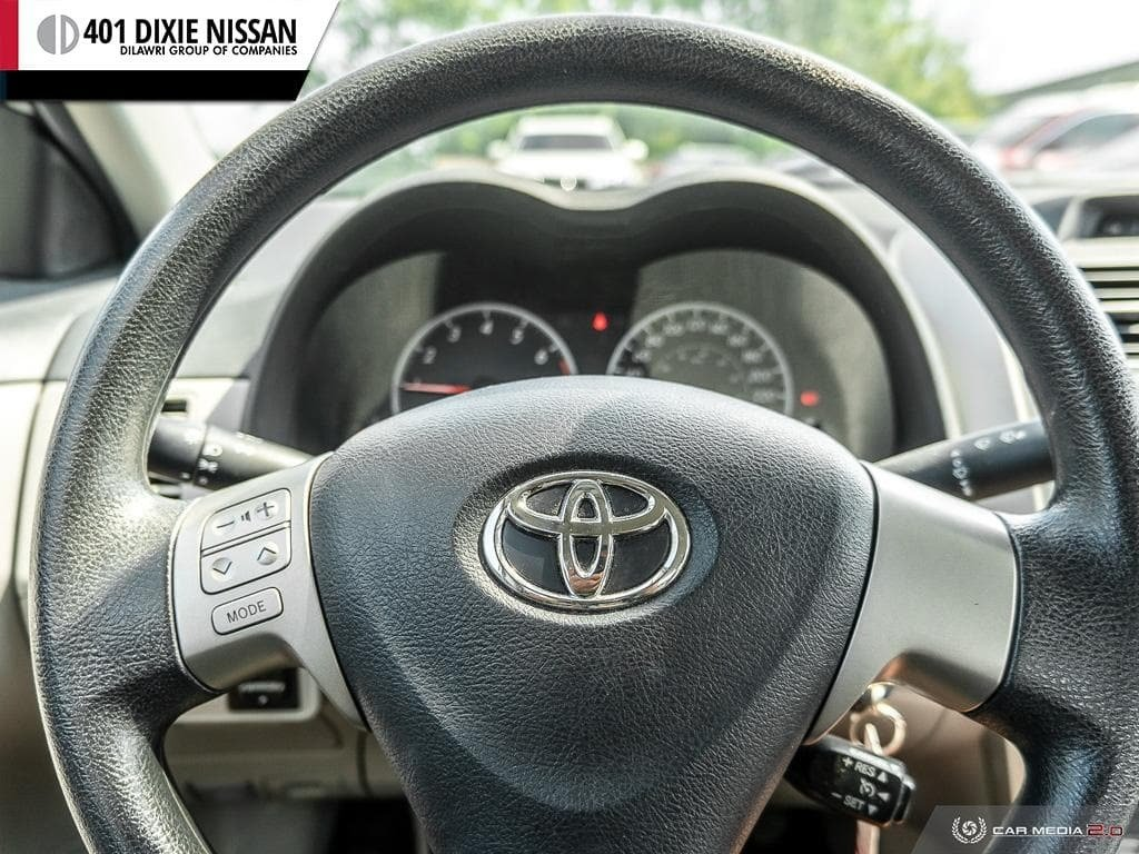2013 Toyota Corolla 4-door Sedan LE 4A in Mississauga, Ontario - 12 - w1024h768px