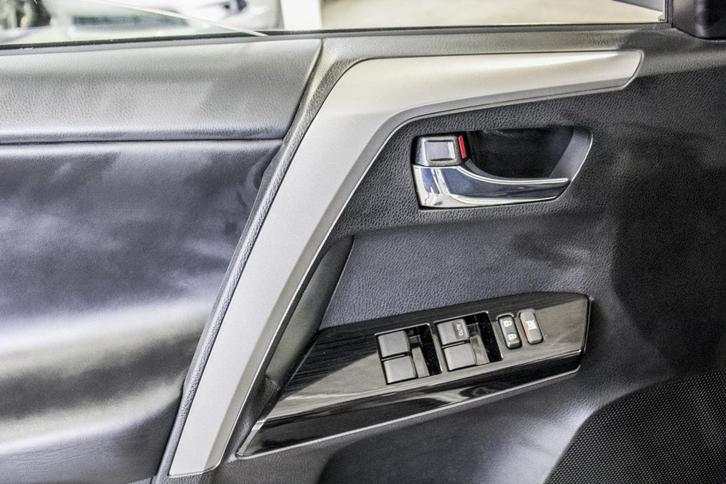 2018 Toyota RAV4 XLE/AWD/Toit ouvrant / Caméra / Bluetooth/ in Verdun, Quebec - 34 - w1024h768px
