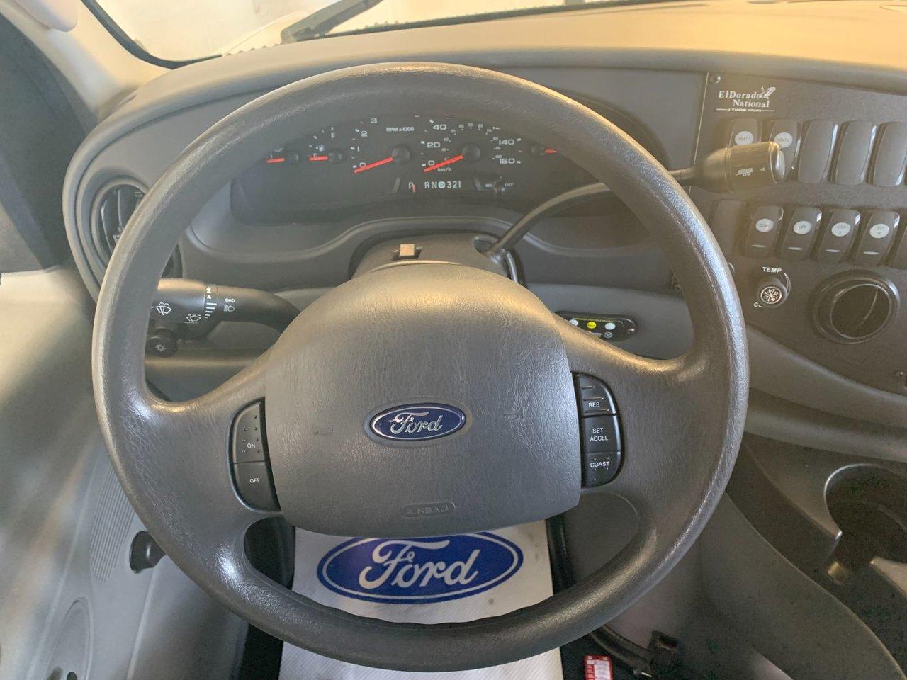 2008 Ford Econoline Commercial Cutaway E-450 AUTOBUS 14 PASSAGERS ET ÉLÉVATEURS