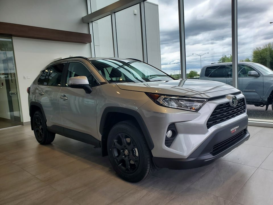 Toyota RAV4 2021 XLE (blanc OU argent)