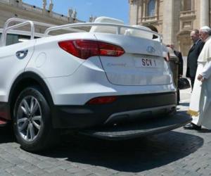 La nouvelle papemobile est un Hyundai Santa Fe décapotable!