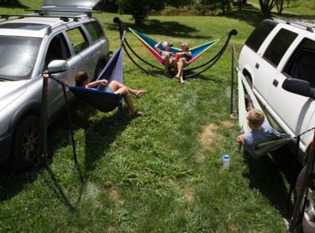 La saison du camping arrive à grand pas... Soyez prêt avec le hammac de voiture!