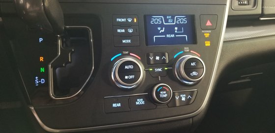 2015 Toyota Sienna SE (13/26)