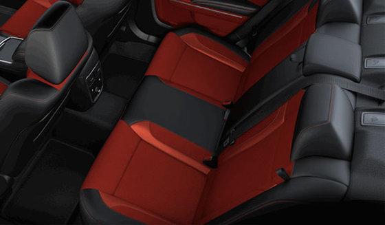 Cuir ventilé noir avec empiècements rouges et garnitures métalliques