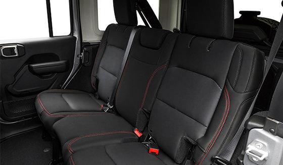 Intérieur noir avec sièges garnis de cuir noir avec piqûres contrastantes(ALX9)