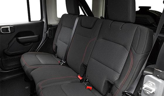 Intérieur noir avec sièges baquets en tissu noir de qualité supérieure (D5X9)