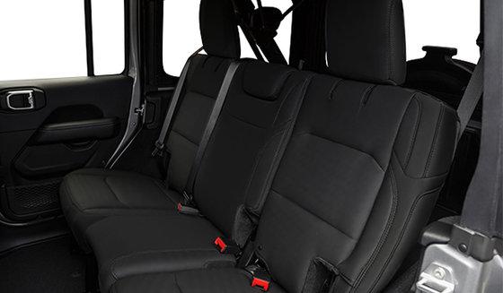 Intérieur noir avec sièges garnis de cuir noir avec logo Sahara(CLX9)