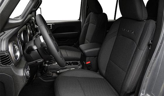 Intérieur noir avec sièges baquets en tissu noir (T7X9)