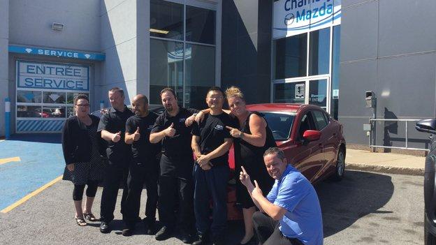 L'équipe de Chambly Mazda félicite M. Li pour sa nouvelle Mazda 3