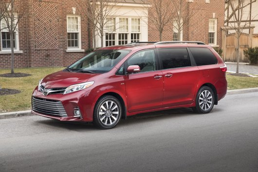 Put Your Family at Ease in the 2018 Toyota Sienna in Laval, Quebec