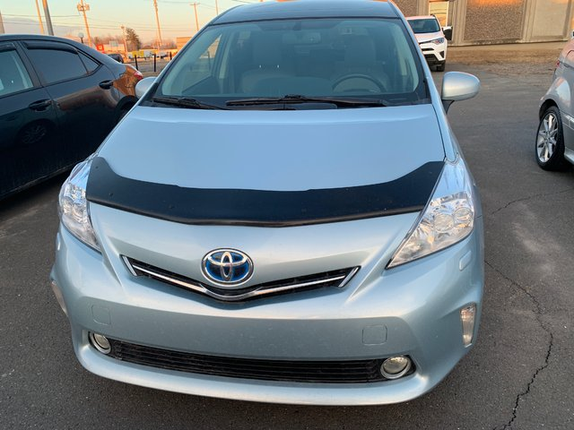 Toyota Prius v Technologie ac vitres cuir  mags navigation 2014